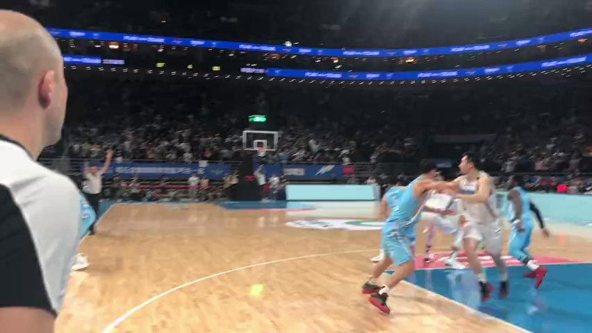 RT @kwawa_hsuk302 87-88 #BeijingDucks missed the chance to win but a lucky lady received @JLin7 🎄edition game kicks, this is the best🎁for her❤️