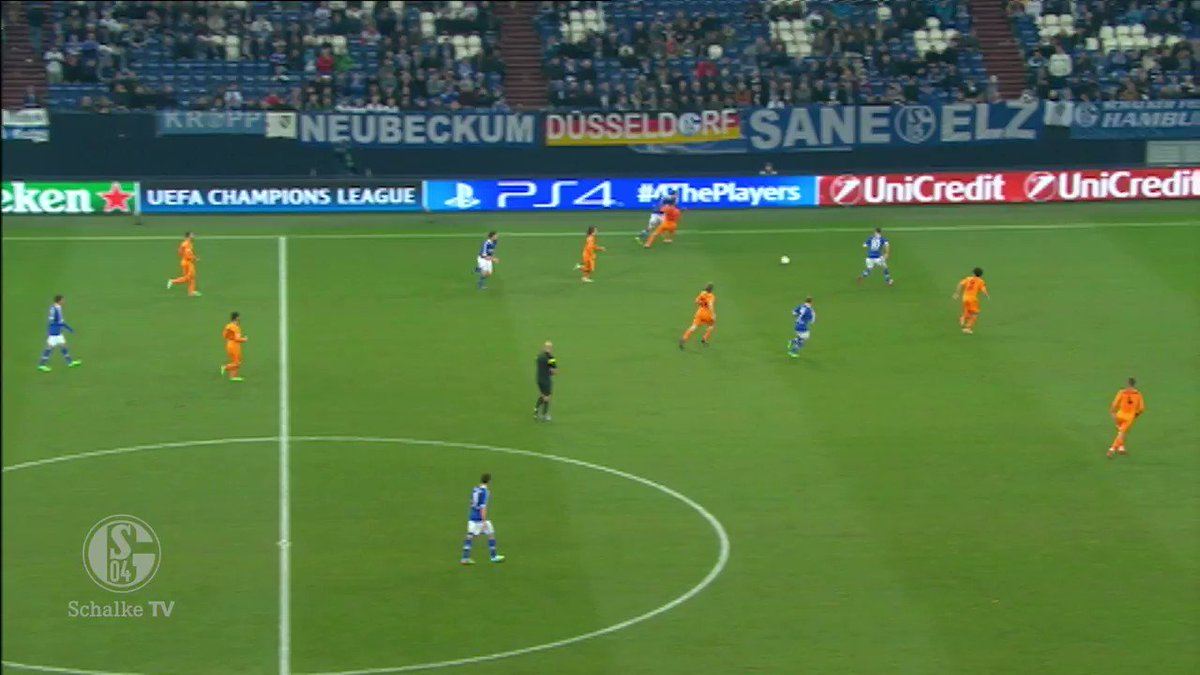 Klaas-Jan Huntelaar has the honour of scoring this beautiful THUNDERBASTARD! 😮🔥