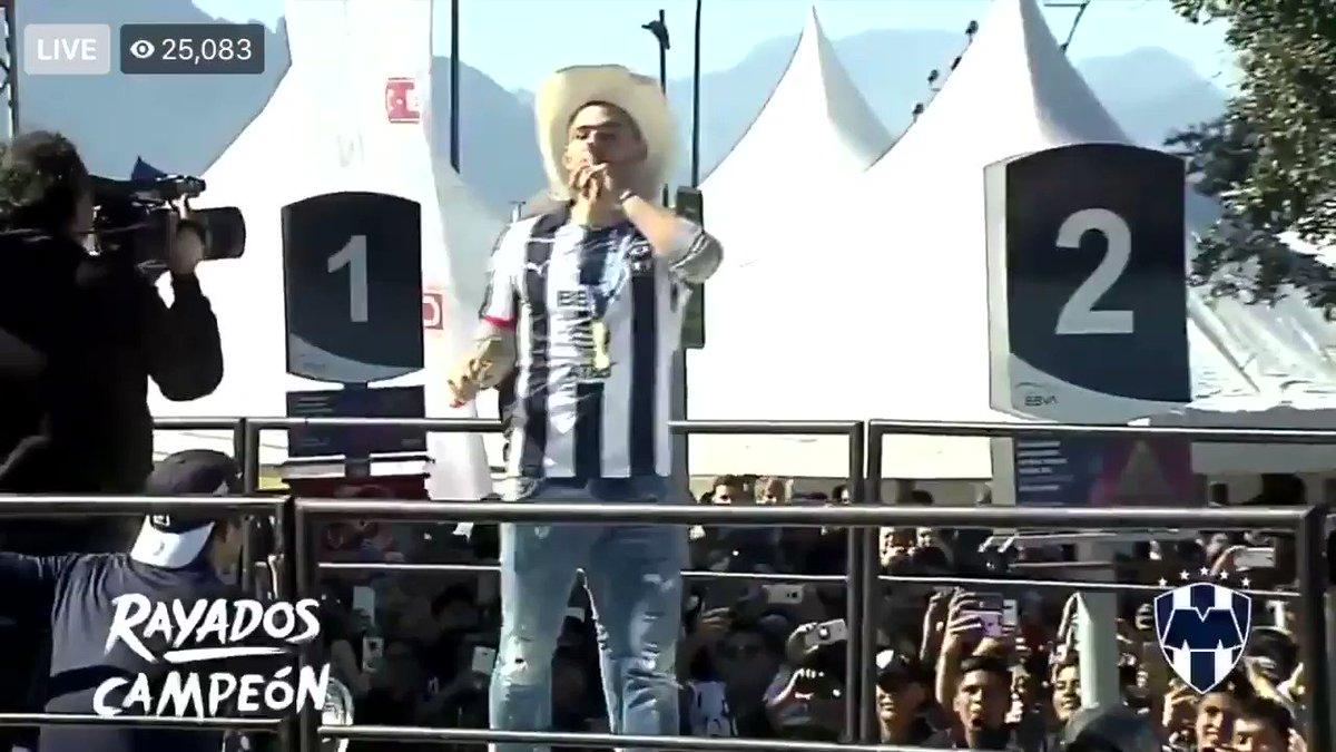 Vincent Janssen cantando #YoTeQuieroMonterrey en pleno festejo del título de Liga... ¡Ah! Y en español. ¡GRACIAS, JANSSEN! 🤠🎶🔵⚪