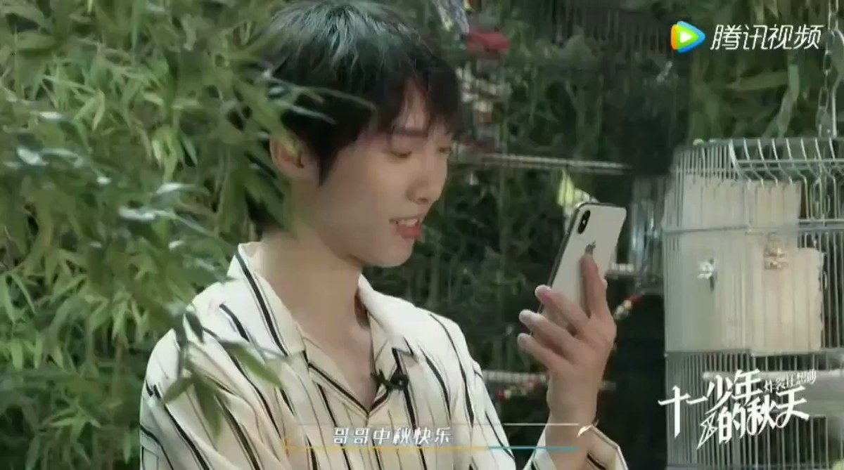 also zl video calling with the older one 🥺 (around 10 years old) 👧🏻: Happy Mid-autumn festival gege! When are you coming home zl: I can't~ 👧🏻: Where are you~ What is that behind you~Is that a real tree? (in cute tone) zl: Yep, it's a real tree! See, there's a bird here too