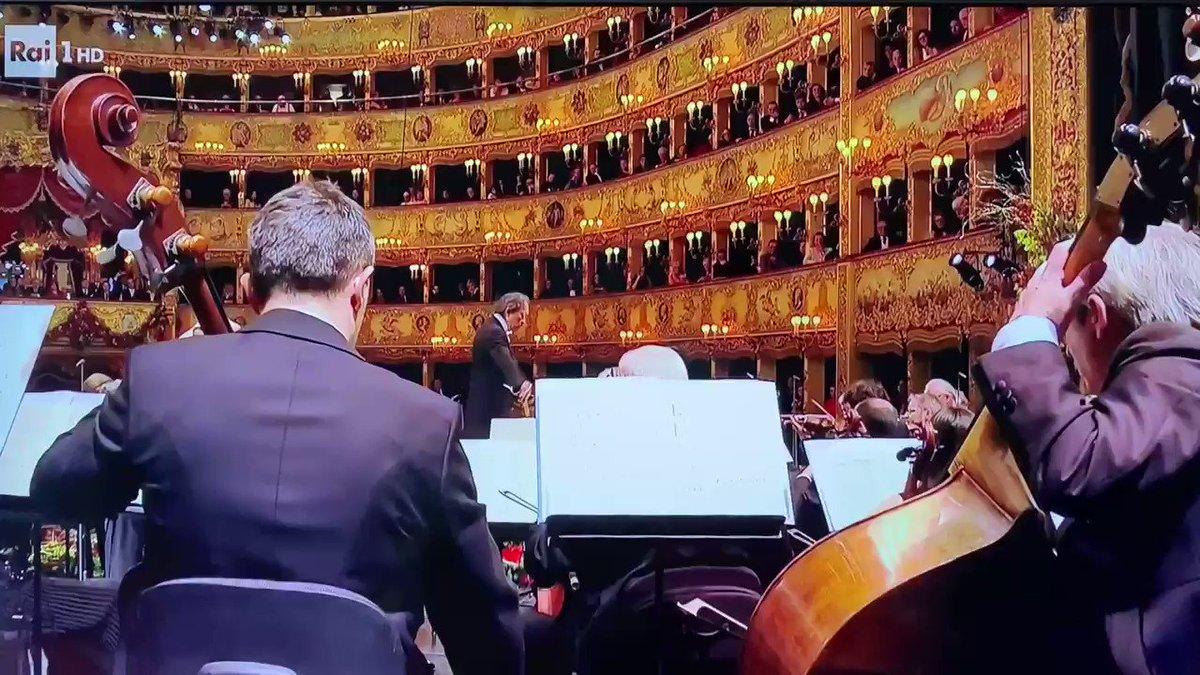 Stupendo #francescodemuro  #concertofenice #concertodicapodanno #capodanno2020 #rai1pic.twitter.com/2XTR6CUpYV