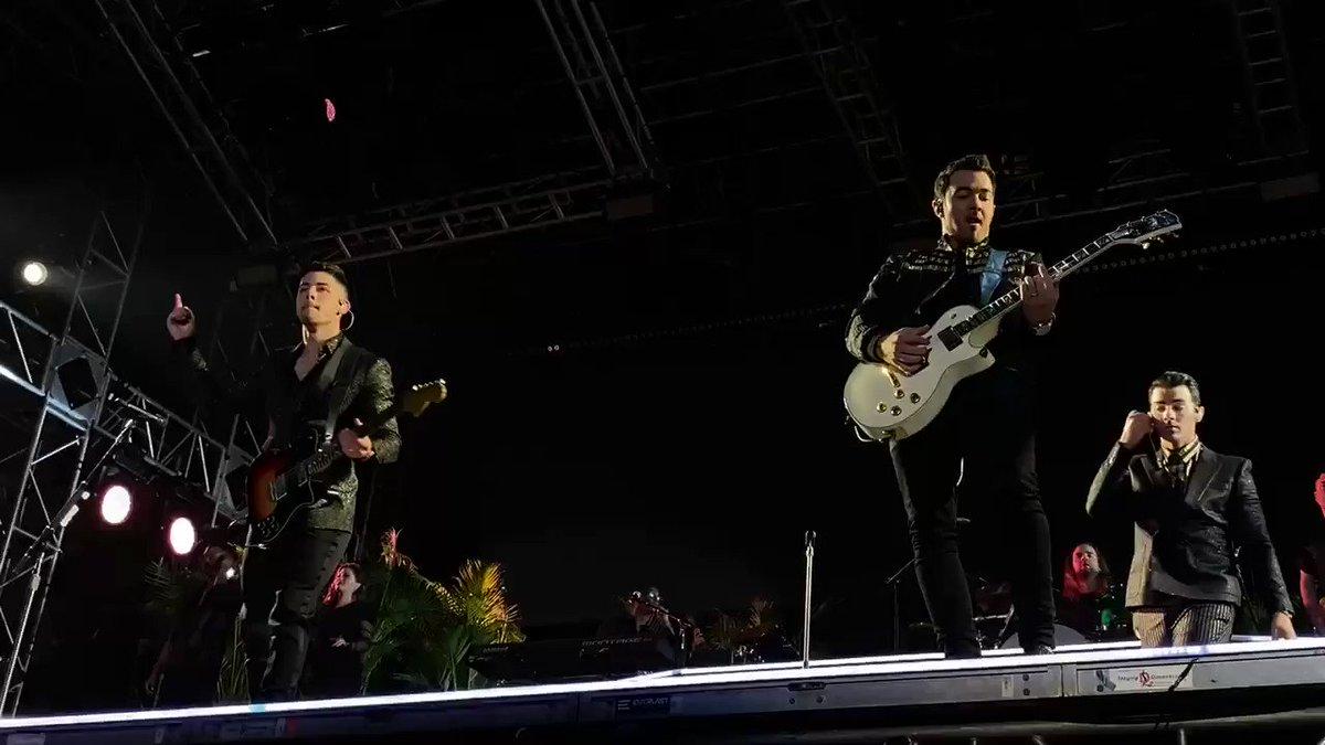 "📹 01.01   Jonas Brothers apresentando ""Year 3000"" no @Fontainebleau em Miami."
