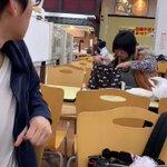 店員さんの頭をトレーで叩いた後にカウンター内へ乗り込む客・・・!とあるお店で起こった衝撃的な出来事