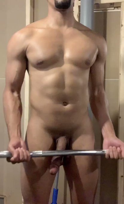 Who else has worked out in the nude? https://t.co/hZxf7FyTQi https://t.co/SJmJXW6RsX