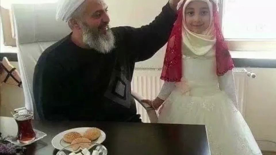 花溪(新号)🇨🇦HK✊(来自大陆) - 不!这不是他的女儿,而是他9岁的妻子  伊斯兰教最权威的经典《圣训》中记载:穆罕默德一生有30多位妻子,他为6岁的艾莎(Aisha)打开门,并在9岁时与她发生性关系  如果,如果她是你的女儿……💔💔💔