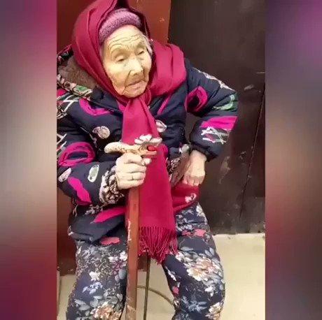 84歳の娘にキャンディをあげる107歳のママ。親はいくつになっても子供の心配をするものです。