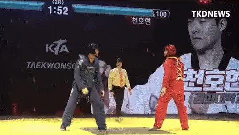태권도에 포인트 센서가 도입되어 리얼 격투게임이 된 모습.テコンドーにポイントセンサーが導入されリアル格闘ゲーム化した様子。
