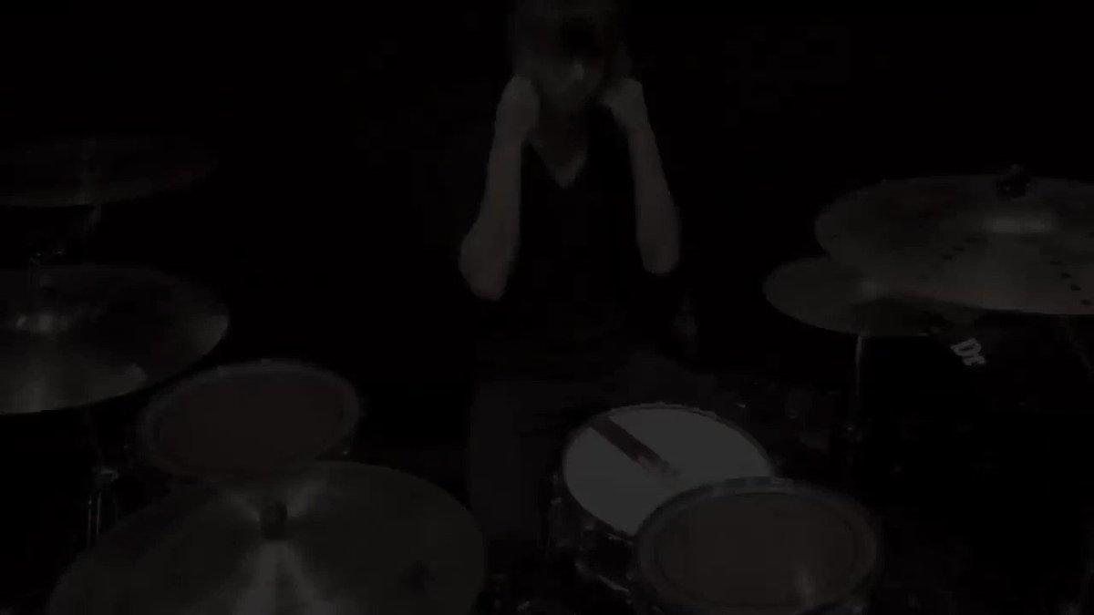 """【SUM41 大阪余韻②】""""Fat Lip""""叩いてみました🥁10年前ぐらいに、この曲をとある海外の方がカバーしてる動画を見てドラムを始めました。今回はちょっと動画凝ってみました。#SUM41#大阪#ドラム#叩いてみた"""