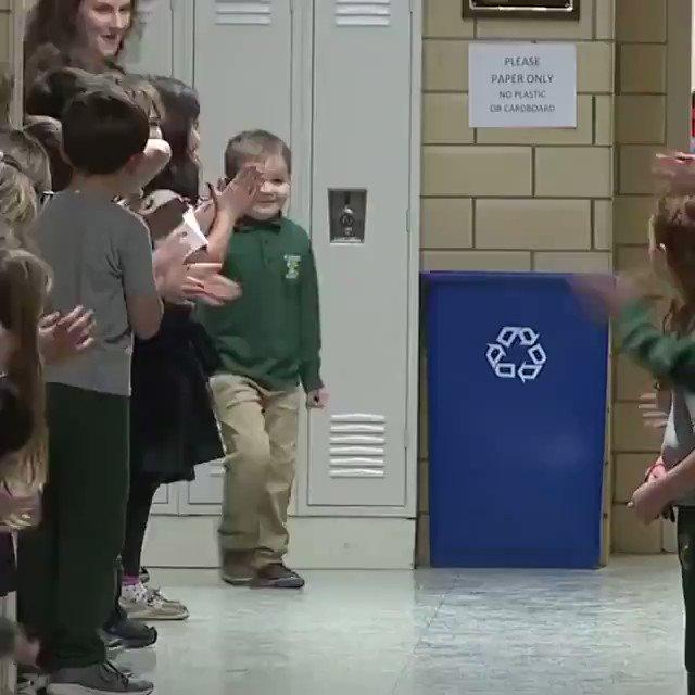 6歳の男の子が、白血病を乗り越えて学校へと戻ってきました。それを学校のみんながスタンディングオベーションで迎えます。海外では、難病を乗り越えた人々はヒーローとして扱われ、大人でもこのような