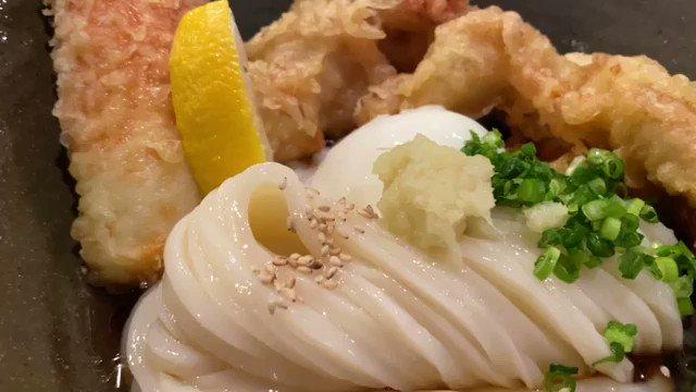 まだオープンして1年も経たないJR天満駅近くにお店を構えるうどん屋。店内はカフェのようなオシャレな雰囲気。名物のとり天と鯛ちくわ天と温泉たまごのぶっかけ」は綺麗な麺と豪快に乗ったとり天と鯛ちくわ天が絶品!iOS :Android:@takapon_jp