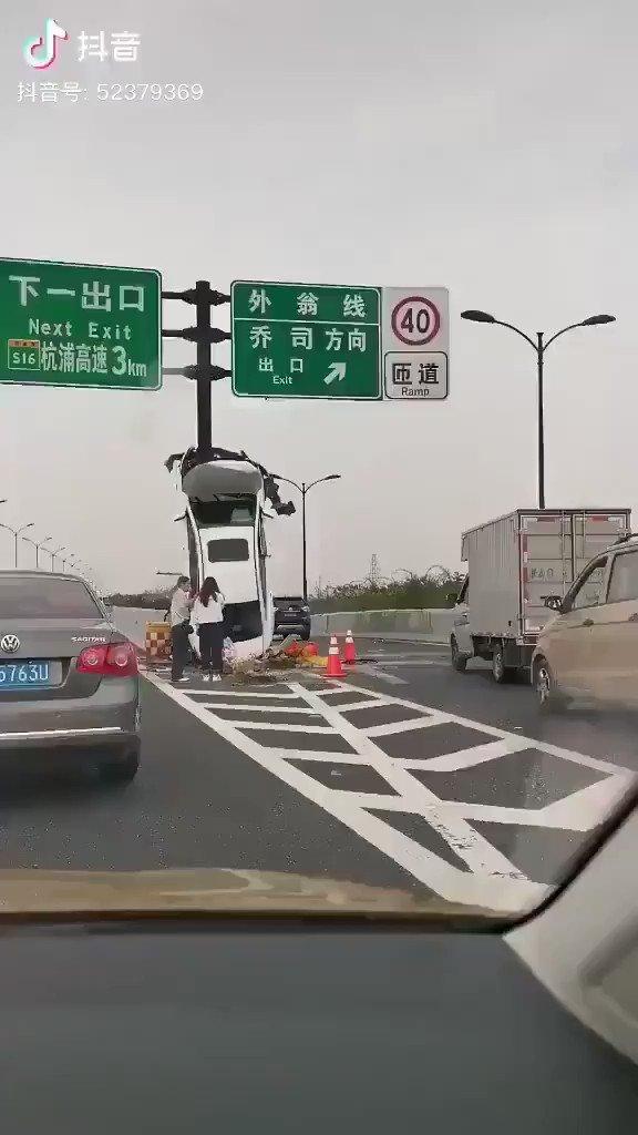 物凄い事故り方をした車