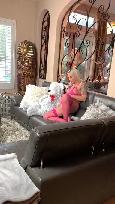 So much fun on @aziani set with incredible @NinaElleXoXo 🙌🏼 https://t.co/qYxD99L6BC