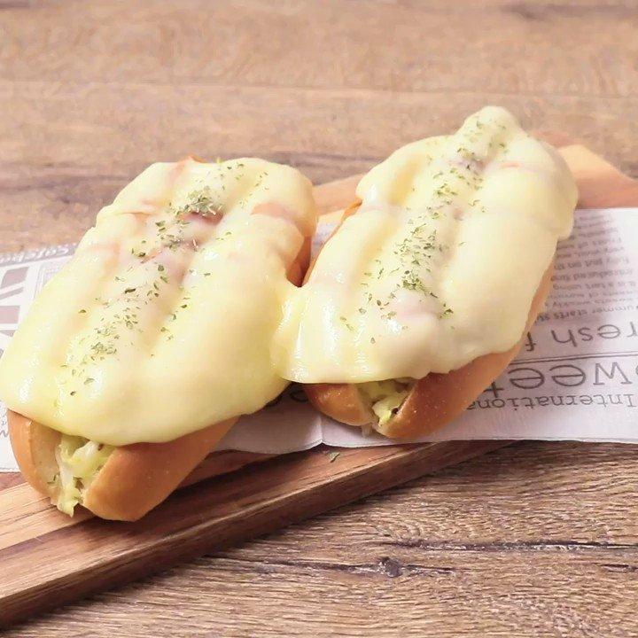 ラックレット風に『とろーりチーズのホットドッグ』とろーりチーズのホットドッグの紹介です。コールスローは、はちみつの甘さとマスタードがアクセントになっていて、ウインナーとの相性がぴったりですよ。▼レシピページはこちら