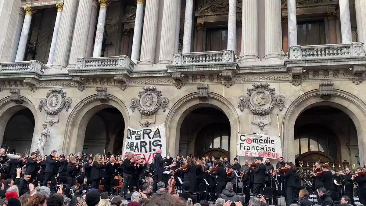 La Marseillaise par les salariés en grève, de l'opéra de Paris