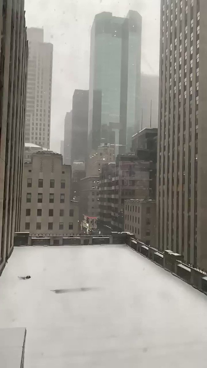 Snow is picking back up in Midtown! #NYCwx #slomosnow