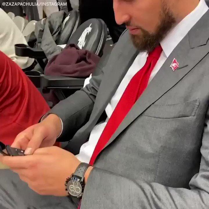 """""""Business never sleeps.""""  Klay working on the flip phone is incredible 🤣  (via @zaza27)"""