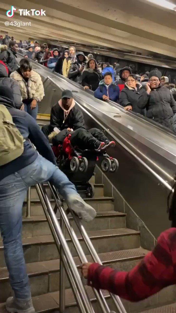 階段で強引にベビーカーを引き上げたらベビーカーから落ち、みんな心配して「赤ちゃんは大丈夫か!?確認しろ!!」と言って確認した結果…