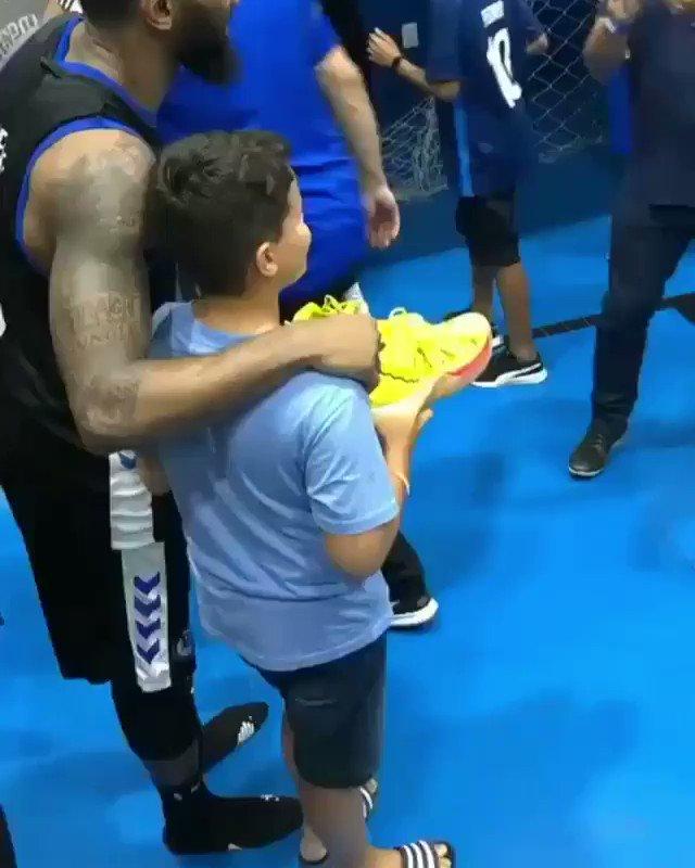 Atitude nobre do nosso #MVP Bennett ✊🏽   Após a vitória diante do @bsktunifacisa, ele deu o seu par de tênis para um garoto torcedor da Unifacisa.   Infelizmente esse tipo de coisa não vira notícia, portanto, vamos divulgar👏🏽  #GoPinheiros #morethanagame #ThisIsWhyWePlay #respect