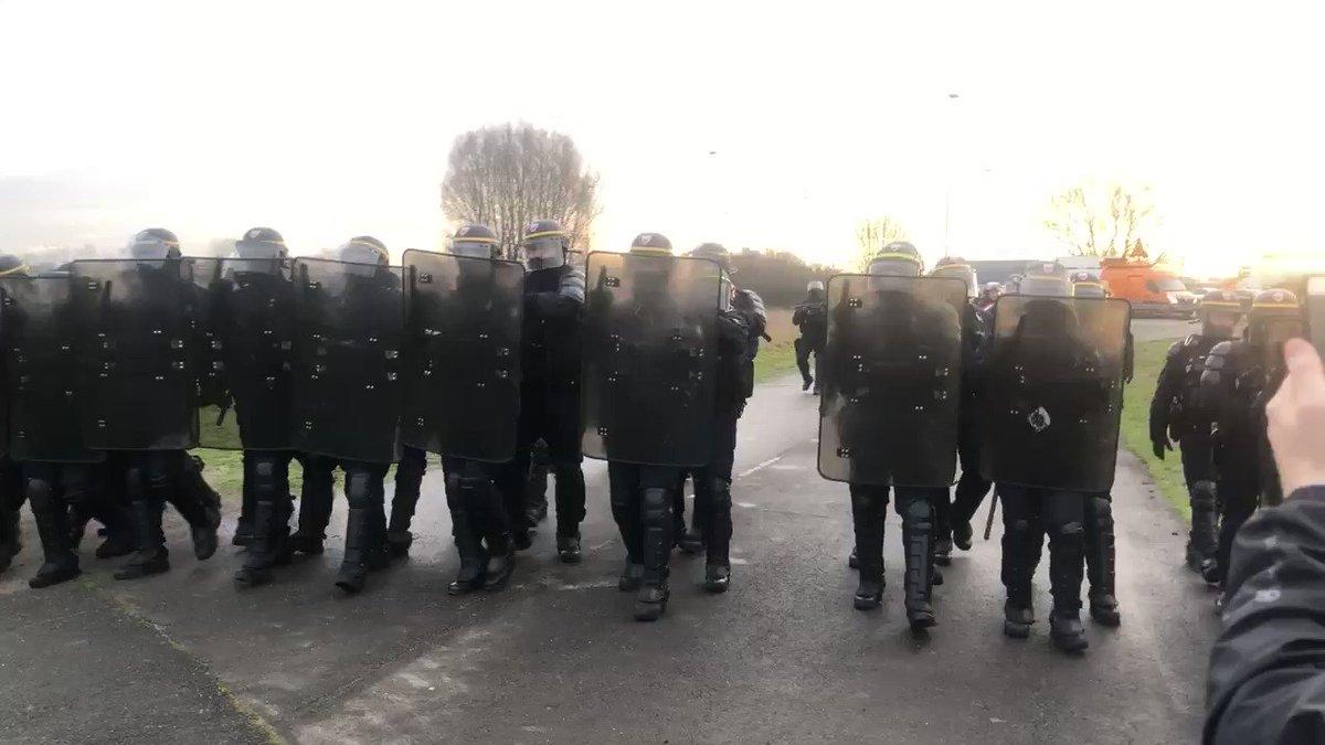 Marche impériale à #Dunkerque où #Macron a envoyé ses préposés habituels au dialogue social en émissaires pour préparer sa royale visite d'aujourd'hui.Tout va bien...(@JeremyPaoloni)#greve20janvier #GreveGenerale #GiletsJaunes #FiersDeLaGrève