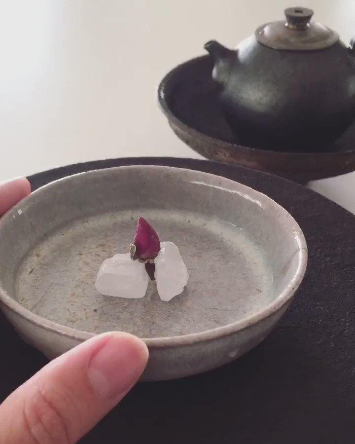 薔薇と紅茶と氷砂糖、はじめに紅茶の香りそして薔薇の香りがお部屋を満たします。紅茶を茶杯に注ぐ度に少しづつ氷砂糖が溶けていきます。まるで飲む香水、とても美味しい。