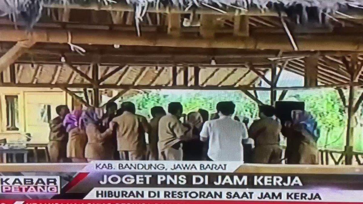Bandung Jabar mmg Okejam kerja PNSnya joget2 asyik laki perempuan bahkan ditonton pelajar sekolah. cc : @ridwankamil #kabarpetangtvOne👇