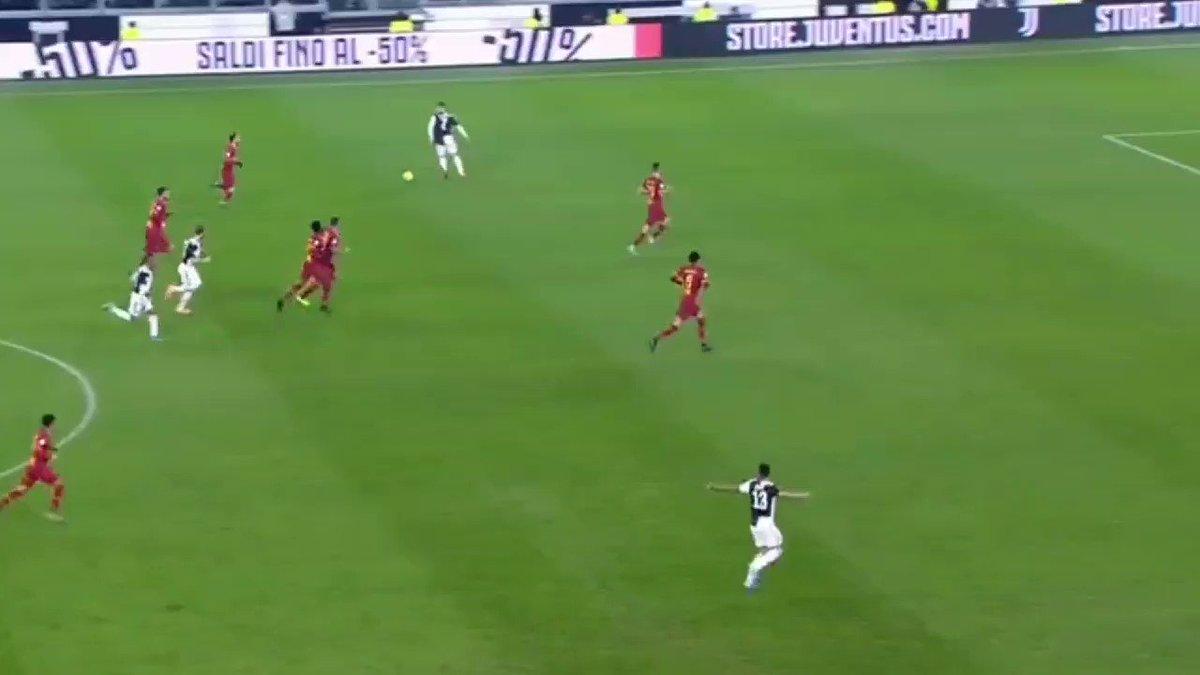 La coge a 35 metros de la portería, arranca, encara y conduce con la valentía de un extremo de 20 años y como define a la perfección con la zurda en una posición súper escorado. Que pedazo de gol de Cristiano Ronaldo!! 🐐