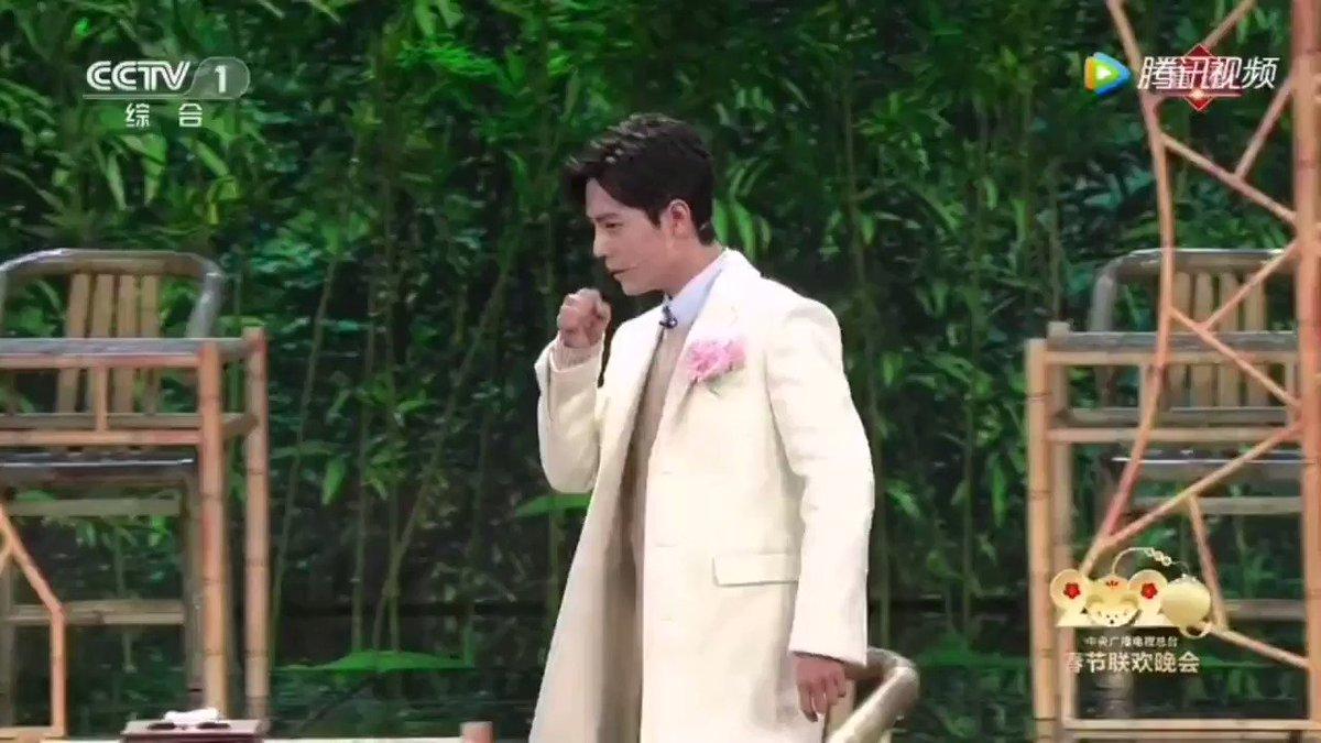 200122 #XiaoZhan คืนตรุษจีน CCTV🐰ขอโทษครับ มีคนอยู่ไหม👩🏻ที่นี่ไม่มีคน มีแต่นางฟ้า 2 องค์ จ้า อุ๊ย🐰ถามหน่อยครับ ที่นี่ใช่โรงน้ำชาใสบริสุทธิ์รึเปล่าครับ👩🏻ฉันเพิ่งจะมาทำงาน จะรู้ได้ยังไงล่ะคะ (ว่าโรงย้ำชาใสจริงมั้ย - เล่นมุก)🐰อ่า นั้นผมนั่งตรงไหนดีครับ (ต่อ)