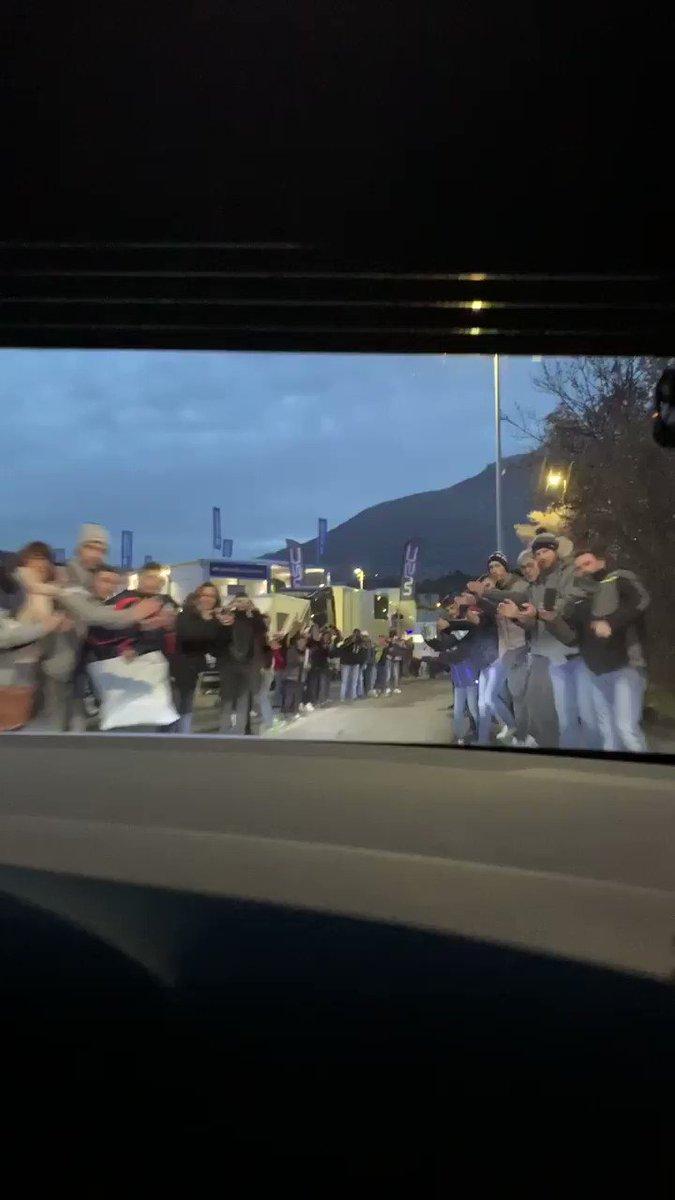 Qué bonitos son los rallyes y el ambiente que los rodea. Daniel Elena nos muestra el pasillo con ovación que han recibido él y Sébastien Loeb a su llegada a la asistencia en Gap #WRC