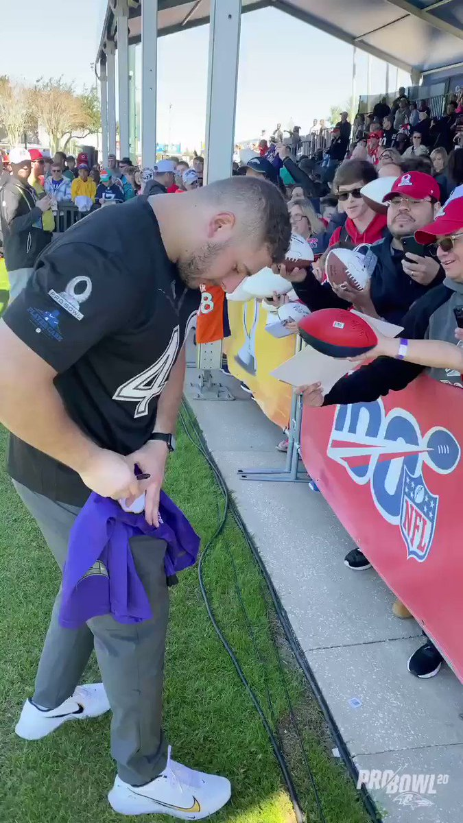 Pro Bowler @PRic508 spent some time signing for the fans after practice.