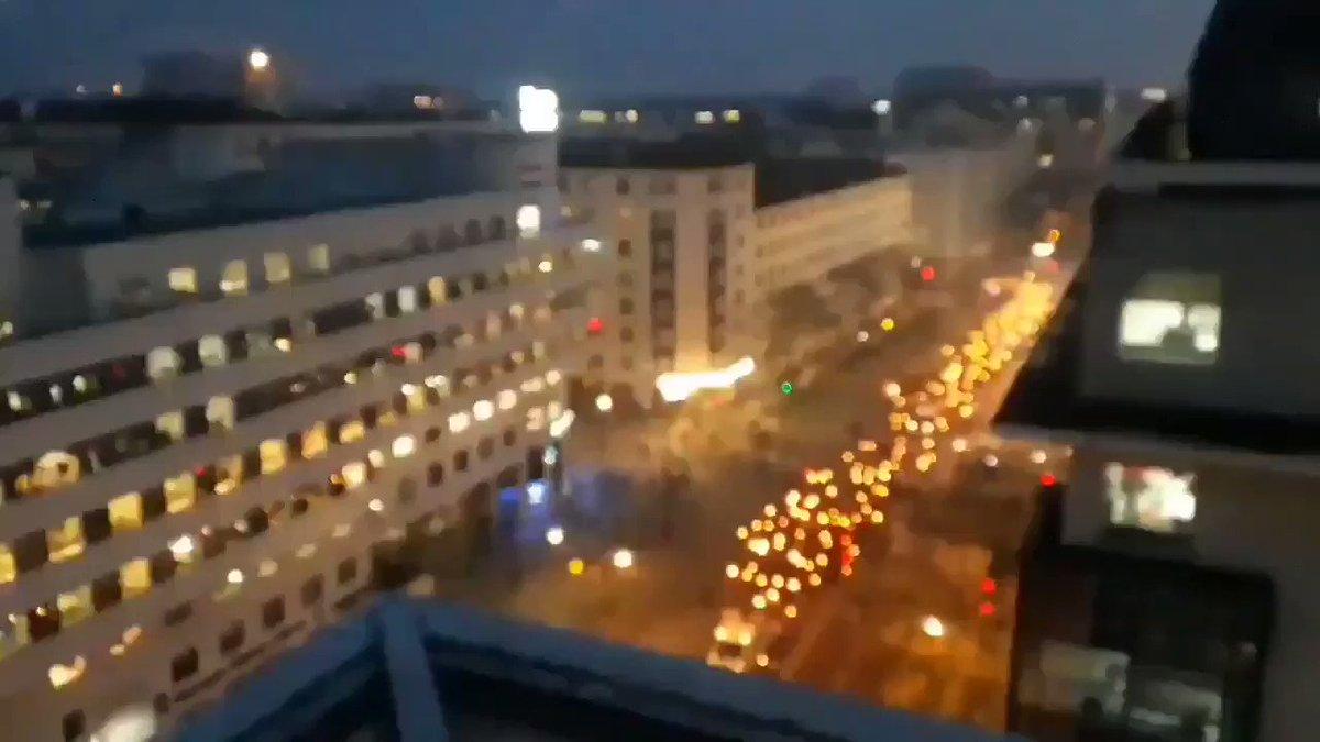 Image for the Tweet beginning: Indrukwekkende fakkeloptochten in Frankrijk, hier