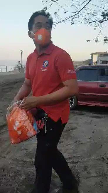 WATCH: @philredcross namahagi ng N95 mask sa San Nicolas, Batangas. | via @JecelleRicafort #DZRHat80