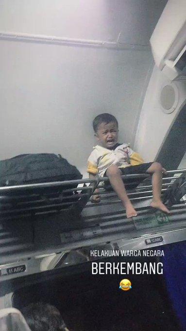 Potret bocah kecil menangis setelah dihukum sang ayah duduk di atas bagasi kereta