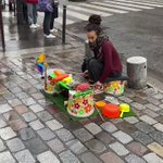 凄い!パリの街角で見かけた天才!リズム感抜群でブタさんカバさんワニさんの使い方が上手