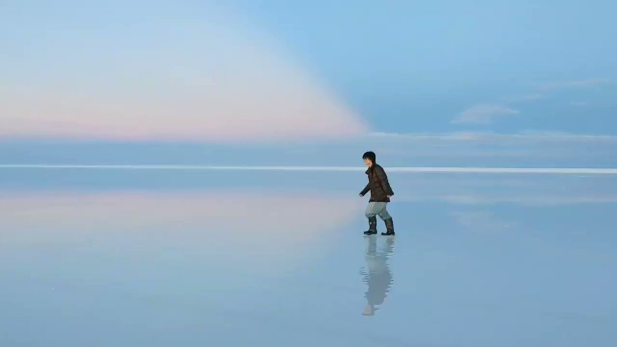 ウユニ塩湖って写真ばかりで、全体を見ることはなかなかないと思うのですが、実は、見る角度によってこんなにも色も景色も世界が移り変わるのです。