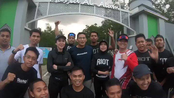 Tadi pagi sebelum pulang ke Jakarta, saya menyempatkan lari bersama komunitas RIOT (Run Is Our Therapy). Melewati lintasan yang sangat cantik di tengah laut.