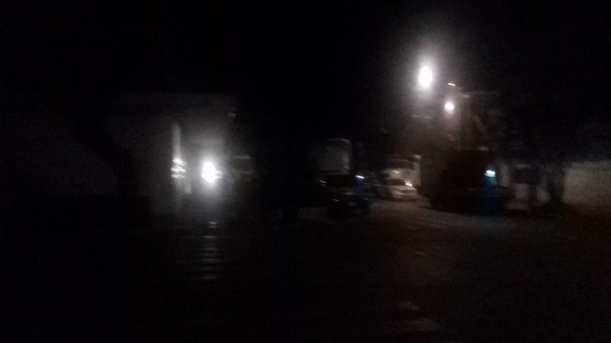 Son las 2:30 am y a la gente de @Claudiashein se le ocurre cambiar banquetas en Manzanillo y Chiapas @LaRomaDF  despertando a los vecinos. @SSP_CDMX @UCS_GCDMX @AlcCuauhtemocMx El edificio al lado es Manzanillo 15, propiedad de #BartlettBienesRaices @CarlosLoret 😠