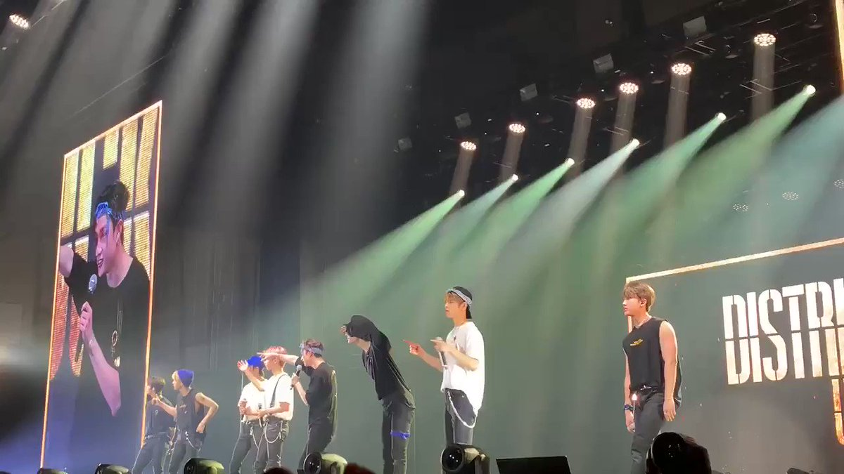 Attack #BangChan with best leader shout in San Jose. This time Seungmin in the building dancing along with the chant😆Chan again frustrated to stop Stays😂#StrayKids @Stray_Kids #스트레이키즈 #スキズ #방찬 #バンチャン#skzunlockinSJ