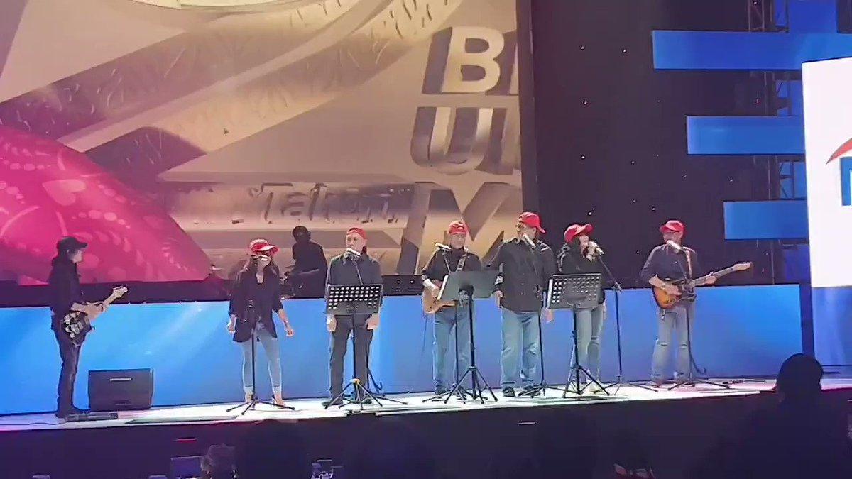 Penampilan Elek Yo Band yang terdiri dari Menteri Budi Karya, Teten Masduki, Edhy Prabowo di edisi spesial HUT 12 tahun tvOne Bersatu Untuk Maju.Ayo nonton sekarang di tvOne, live streaming cek di twitter live tvOneNews#BersatuUntukMaju#12TahuntvOne #HUTtvOne