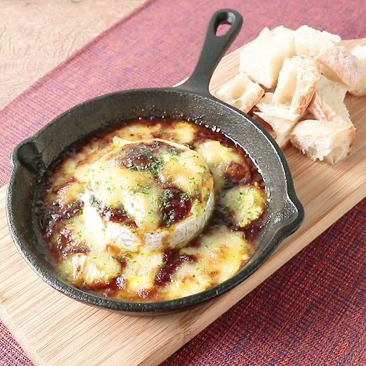 チーズフォンデュでパーティー気分💛『丸ごとカマンベールとレトルトカレーでカレーフォンデュ』レトルトカレーで簡単に出来る、カレーチーズフォンデュのご紹介です。バゲットの他に、お好みの野菜やソーセージなどを添えるのもおすすめです。▼レシピページはこちら