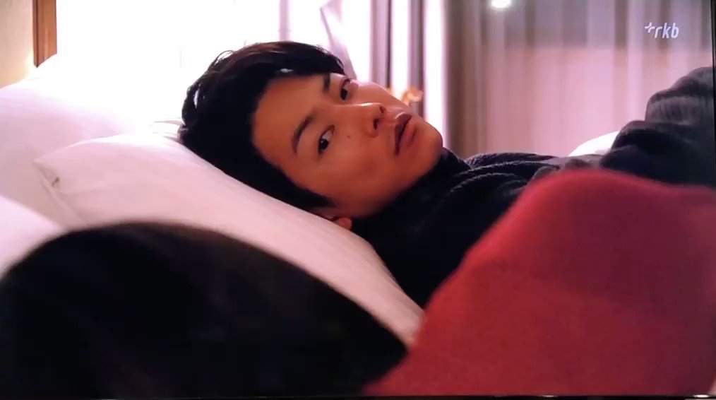 寝てるフリして女の子で遊んだくせして寝たらチューするとかずるくない!?反則すぎん?マジで反則すぎん?どこでそんなチュー習ったの?#恋はつづくよどこまでも #佐藤健#恋つづ