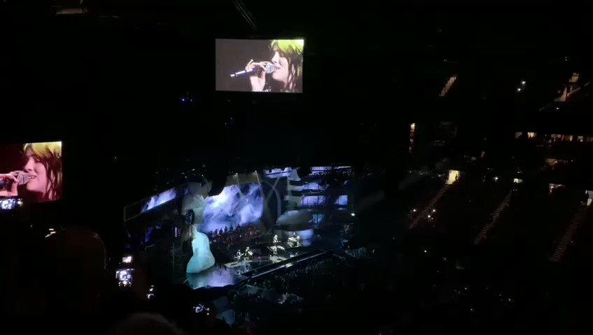 """Billie Eilish interpretando su nueva canción para la película de James Bond, """"No Time To Die"""", junto a su hermano Finneas, Hans Zimmer y Johnny Marr #BritsVenus"""