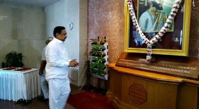 राष्ट्रवादी काँग्रेस पार्टीचे प्रदेशाध्यक्ष व राज्याचे जलसंपदा मंत्री मा. @Jayant_R_Patil यांनी आज शिवजयंती निमित्त मंत्रालयातील छत्रपती शिवाजी महाराजांच्या तैलचित्रास पुष्पहार अर्पण करून अभिवादन केले. यावेळी त्यांनी राजमाता जिजाऊ यांच्या प्रतिमेसही पुष्पहार अर्पण करून वंदन केले.