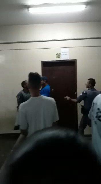 Un alumno reclamaba porque su nombre no aparecía en la lista de inscritos en la escuela pública Emydgio de Barros, en la zona oeste de São Paulo. La directora llamó a la Policía Militar, la directora dejó entrar a la Policía Militar. Miren lo que hace la policía en una escuela.