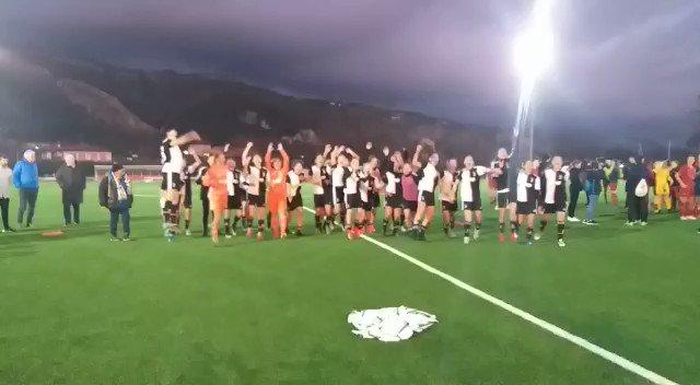 Si era detto festa... 👏🎉  La gioia delle ragazze e la consegna del Trofeo 🏆⚪️⚫️  #Under19 #ViareggioWomensCup
