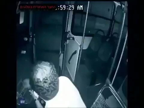 A thief with a knife got on a bus & attacked the driver, but he received help from a disabled child. 😍😍👏🏻👏🏻👏🏻   He's a true hero !!!