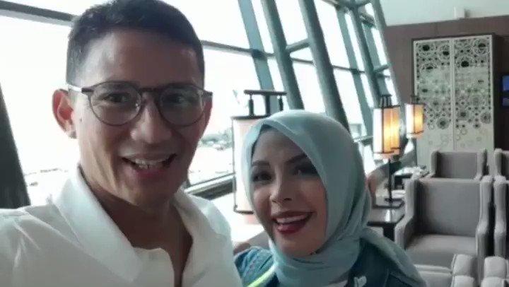 Guys... hari ini papa & mama mau ke Kuala Lumpur, Malaysia, mau menghadiri acara pernikahan putri dari Menteri Besar Kedah. Yaa hitung-hitung sekalian pacaran berdua. Sudah ditegur sama mama kok isi socmednya sama emak-emak lagi... sama emak-emak lagi 😁