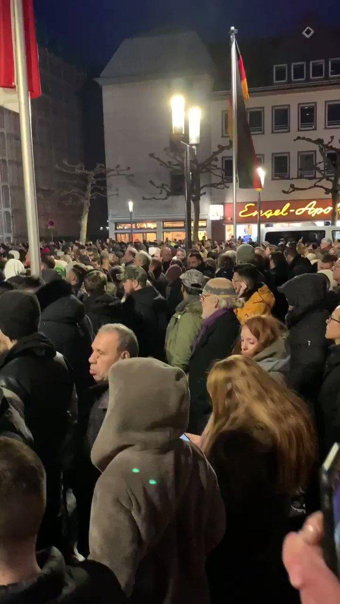 Tausende trauern hier in #Hanau. Die Stadt stellt sich dem #Rassismus entgegen! Das ist in der Trauer ein schönes Zeichen.