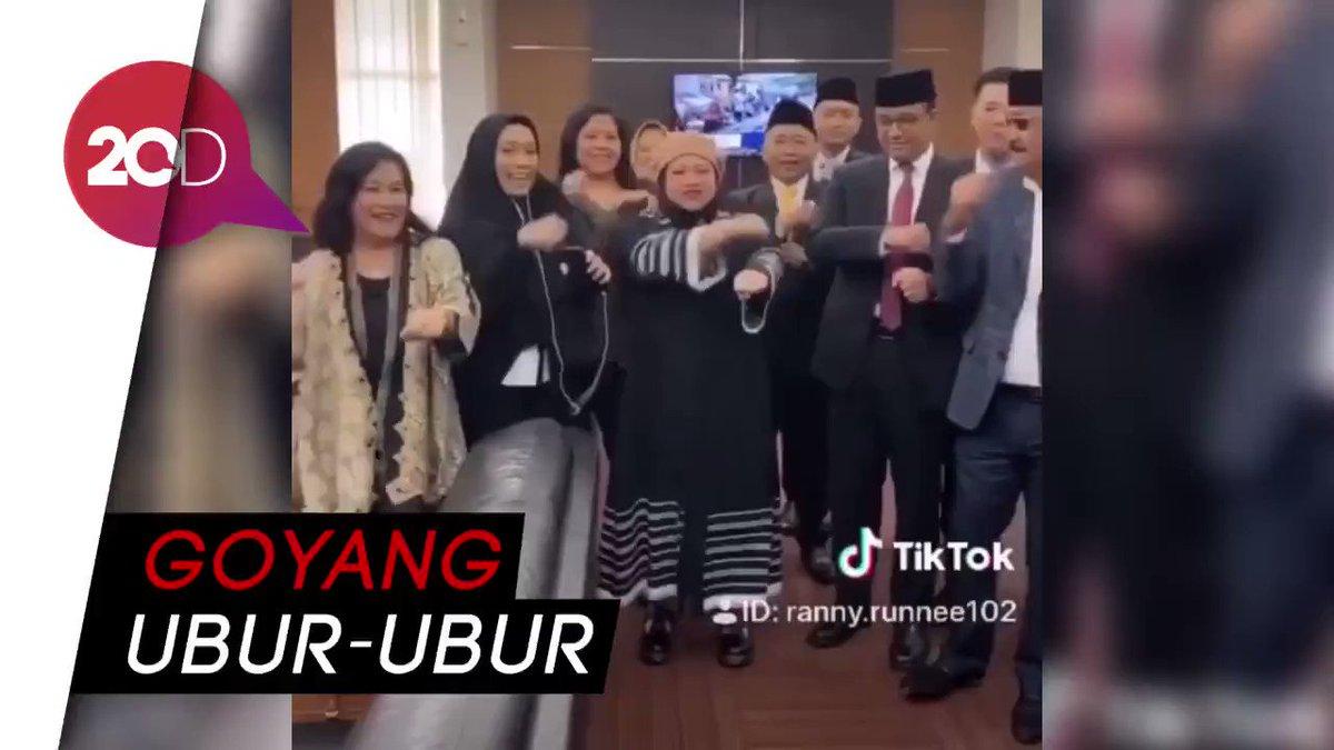 Gubernur DKI Jakarta Anies Baswedan bermain TikTok bersama sejumlah anggota DPRD DKI Jakarta. Ia memperagakan 'goyang ubur-ubur'. Begini gayanya!