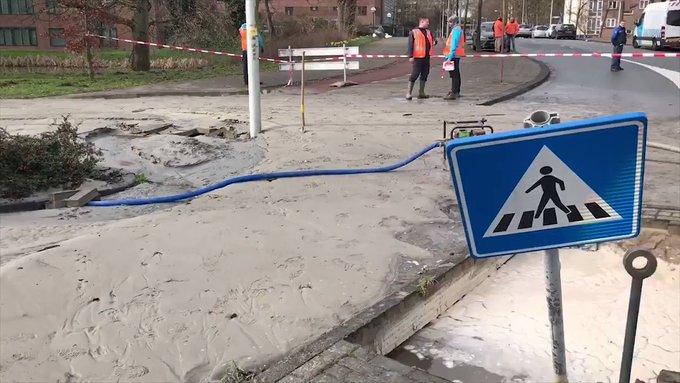 We repareren de gesprongen waterleiding op het #Aalsmeerplein. Ook dit weekend werken onze mannen door 💪 #lek