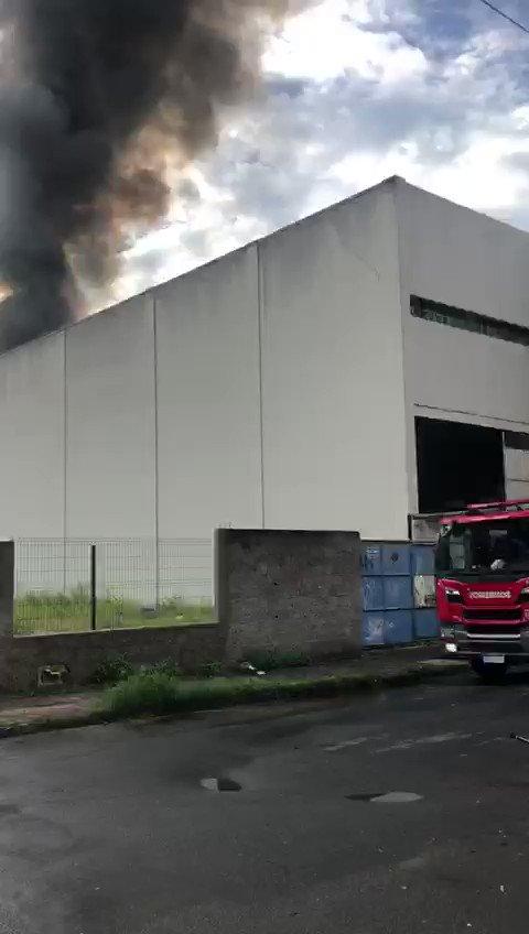 Está pegando fogo no depósito do Carone de jardim da Penha, os bombeiros já estão no local e fecharam todas as ruas ao redor. O fogo começou por volta de 06:20 e agora já está controlado. #jardimdapenha #vitoriaes #gazetaonline #CBNpic.twitter.com/SeJoNtkAh3